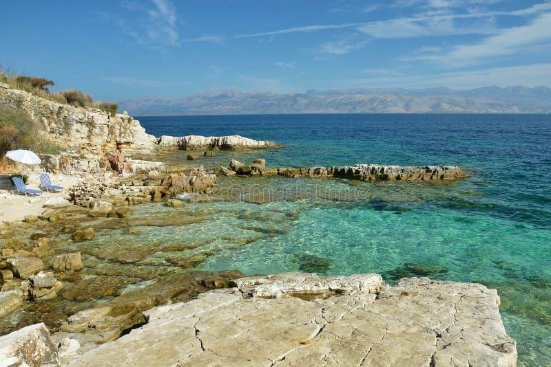 Rotsachtige kust in Kassiopi, Griekenland stock afbeeldingen