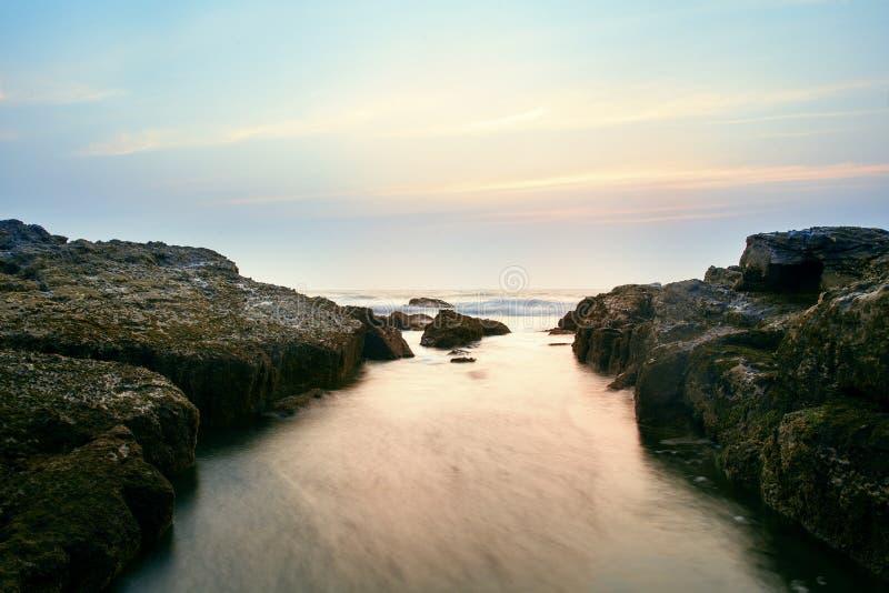 Rotsachtige kust op Goa royalty-vrije stock foto's