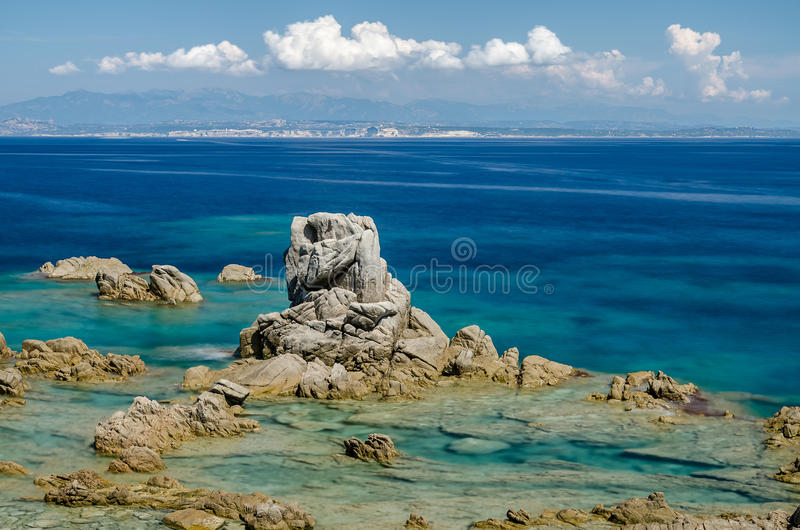 Rotsachtige kust, Santa Theresa, Sardinige royalty-vrije stock afbeelding