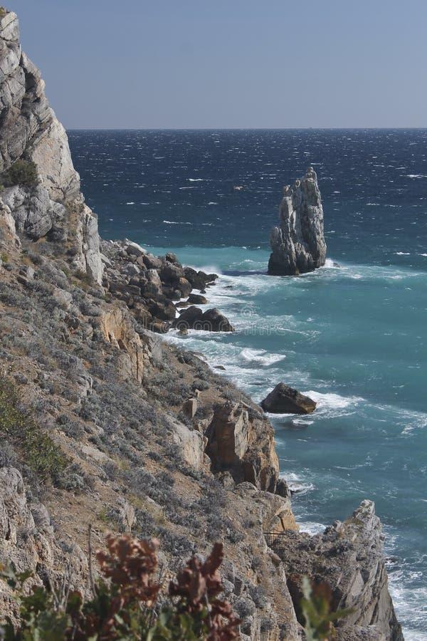 Rotsachtige kust in stormachtig weer royalty-vrije stock fotografie