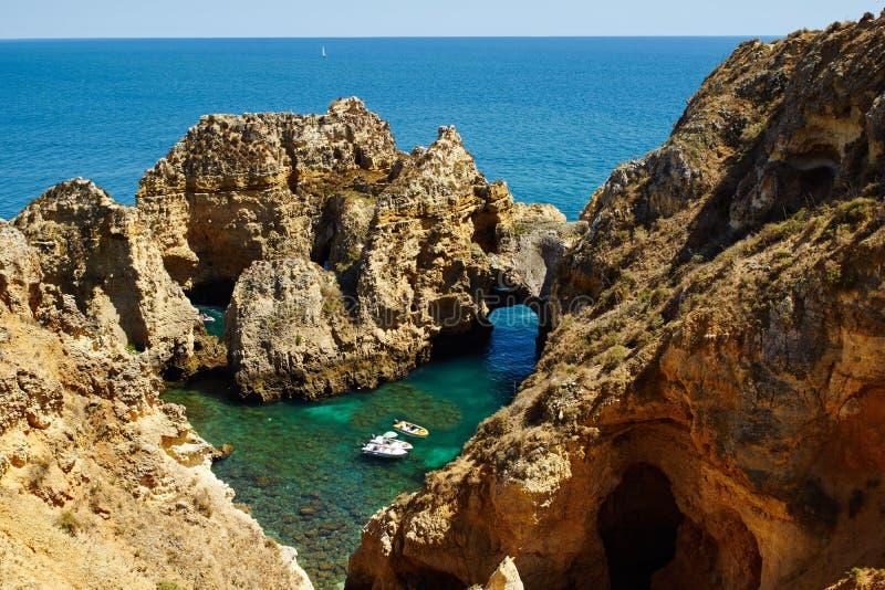 Rotsachtige kust van Algarve dichtbij Lagos stock foto