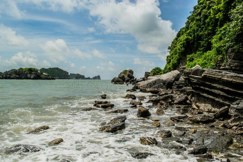 Rotsachtige kust van Cat Ba Island royalty-vrije stock foto's