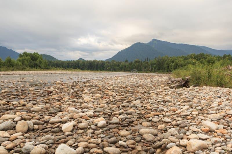 Rotsachtige kust van de rivier royalty-vrije stock afbeelding