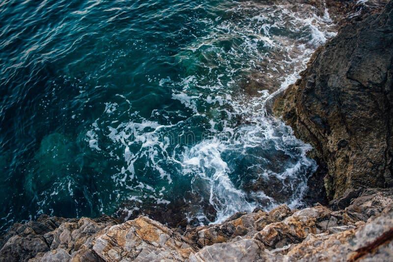Rotsachtige kust van het Adriatische Overzees in Montenegro royalty-vrije stock afbeeldingen