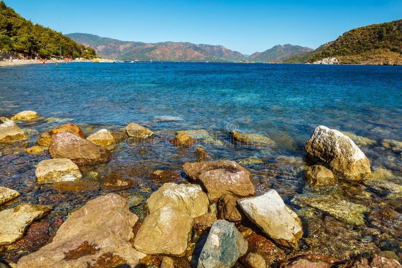 Rotsachtige kust van het Egeïsche Overzees in Icmeler, Turkije Grote stenen stock foto's