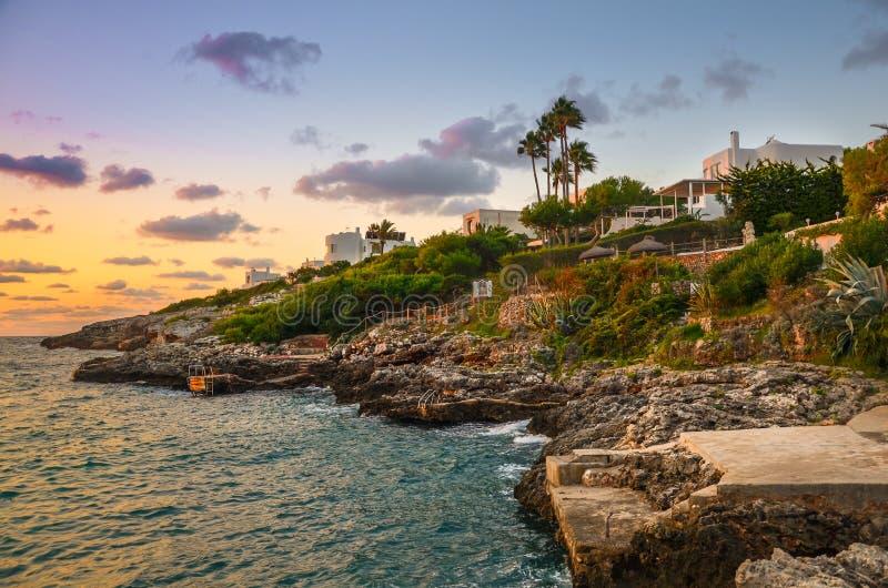 Rotsachtige kust van het Spaanse Eiland Mallorca stock afbeeldingen