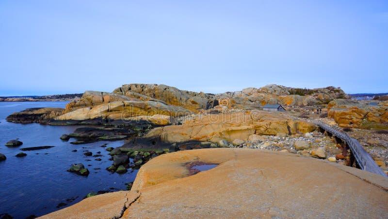 Rotsachtige kusten van Noorwegen royalty-vrije stock afbeelding