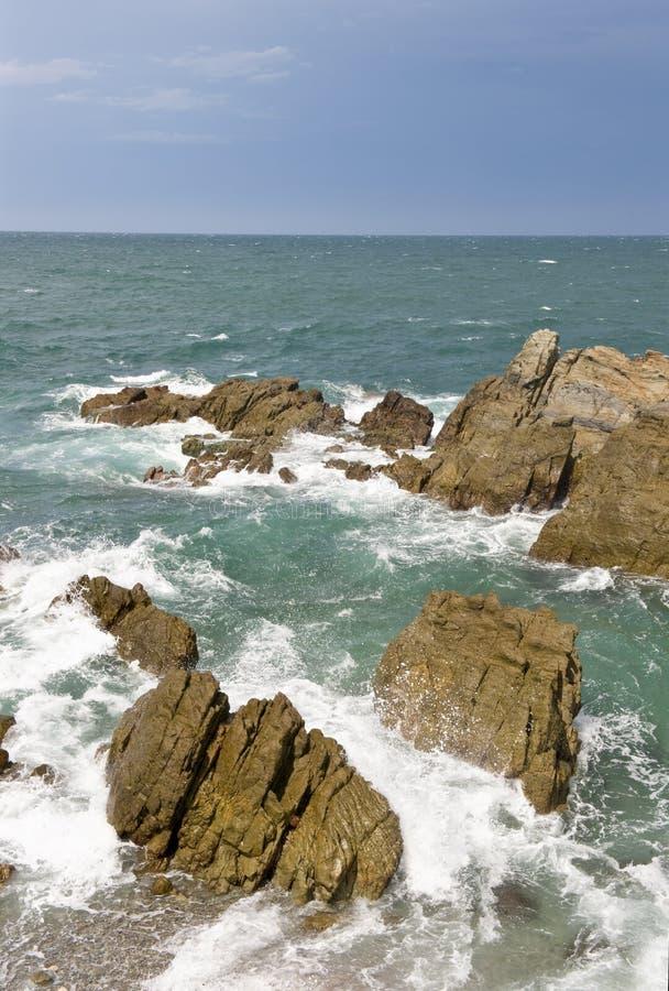 Download Rotsachtige kustlijn stock afbeelding. Afbeelding bestaande uit neerstorting - 10777047