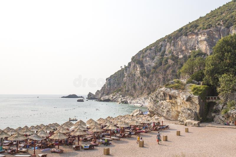 Rotsachtige kustlijn, baai, strand De mensen zonnebaden europa royalty-vrije stock fotografie
