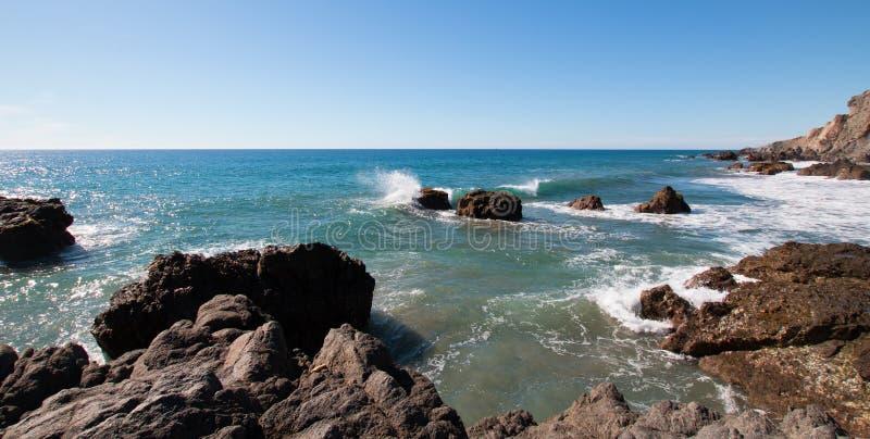 Rotsachtige kustlijn bij Cerritos-Strand dichtbij Todos Santos in Baja Californië Mexico stock fotografie