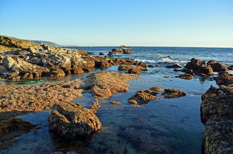 Rotsachtige kustlijn at low tide onder Heisler-Park in Laguna Beach, Californië stock fotografie