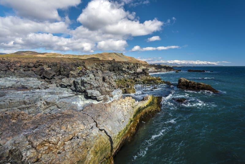 Rotsachtige kustlijn zoals die van Fauskasandur-strand via Styrmisnes-punt in Oostelijk IJsland wordt gezien royalty-vrije stock afbeelding