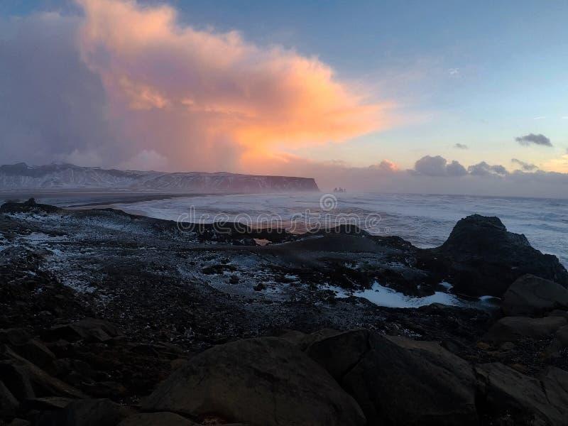 Rotsachtige kustmening over Reynisfjara-strand van Kirkjufjara, Icel royalty-vrije stock foto