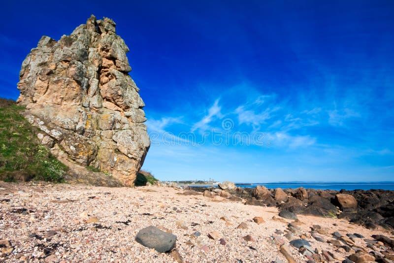 Rotsachtige kustscène met blauwe hemel royalty-vrije stock foto's