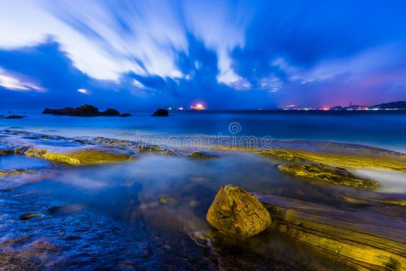 Rotsachtige kustzonsopgang royalty-vrije stock afbeeldingen