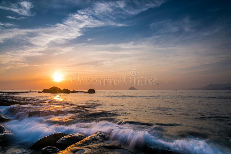 Rotsachtige kustzonsopgang stock afbeeldingen