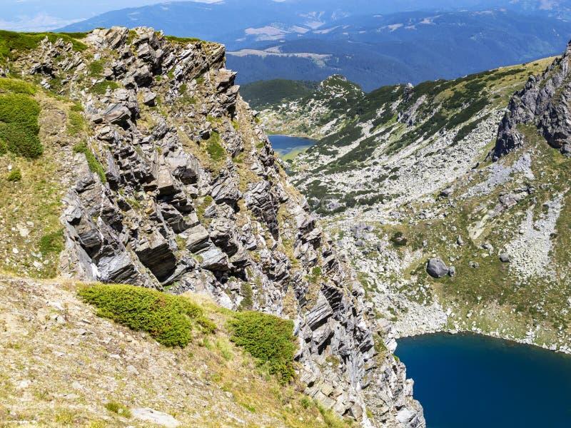 Rotsachtige mening aan delen van twee van de Zeven Rila-Meren in Rila-Bergen, Bulgarije - de Tweeling en het Vissenmeer stock foto