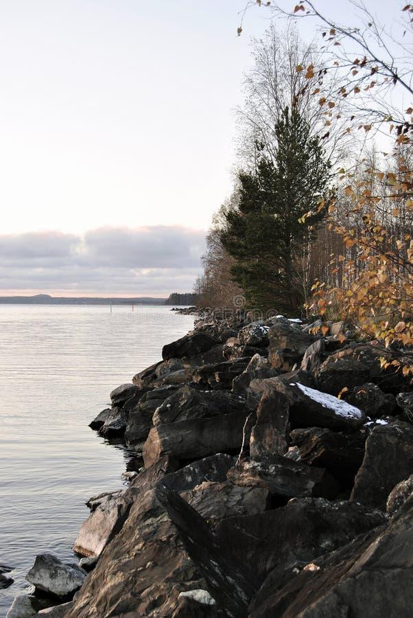 Rotsachtige oever van het meer in joensuu Finland royalty-vrije stock afbeeldingen