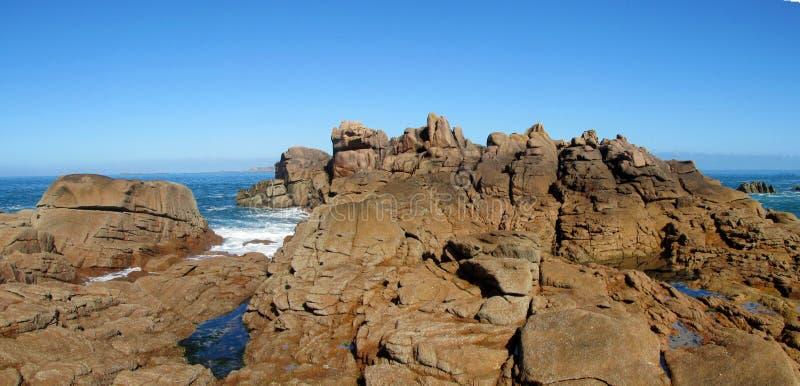 Rotsachtige overzeese kust mooie mening royalty-vrije stock afbeeldingen