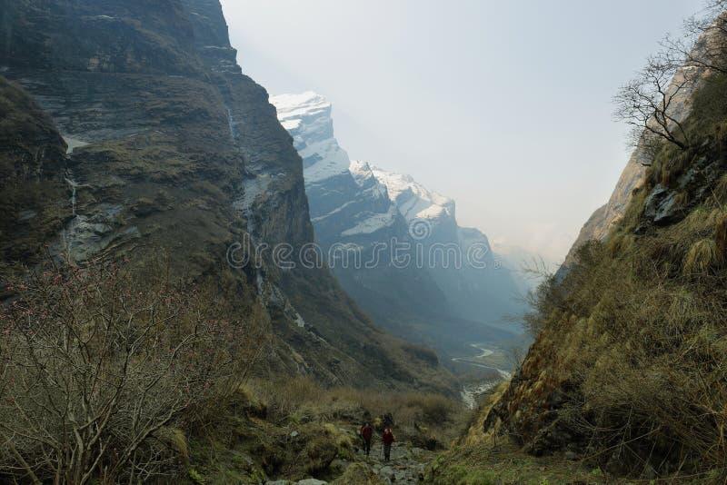 Rotsachtige pieken en rivier die in Nepal stromen royalty-vrije stock foto