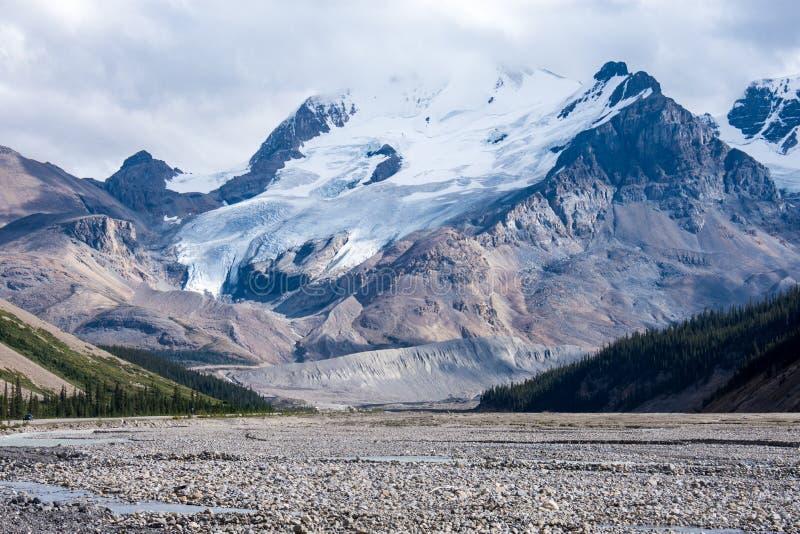 Rotsachtige riviertoendra langs het Icefields-Brede rijweg met mooi aangelegd landschap in de Canadese Rotsachtige Bergen, Jasper royalty-vrije stock afbeelding
