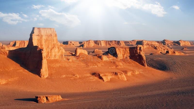 Rotsachtige rode vormingen in de woestijn van Dasht e Lut De daling van Alikhan van Sheykh perzië stock fotografie