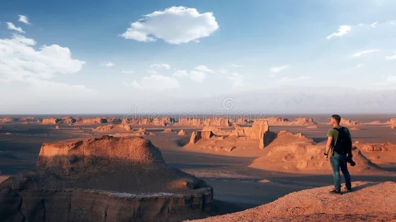 Rotsachtige rode vormingen in de woestijn van Dasht e Lut De daling van Alikhan van Sheykh perzië royalty-vrije stock afbeelding