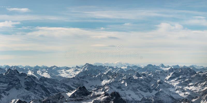 Rotsachtige sneeuwbergpieken stock foto's