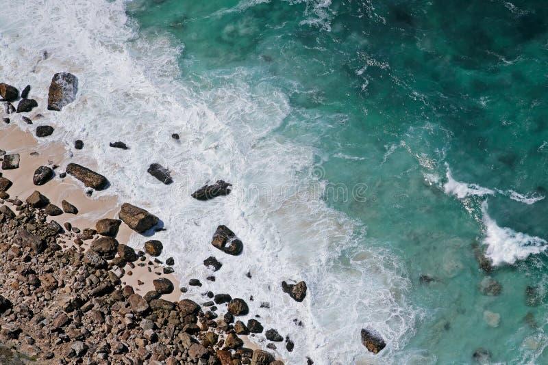 Rotsachtige strand en golven royalty-vrije stock foto