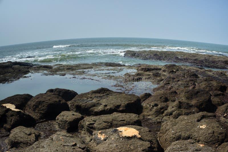 Rotsachtige strand en oceaan royalty-vrije stock afbeeldingen