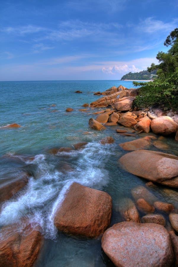 Rotsachtige tropische kustlijn stock afbeelding