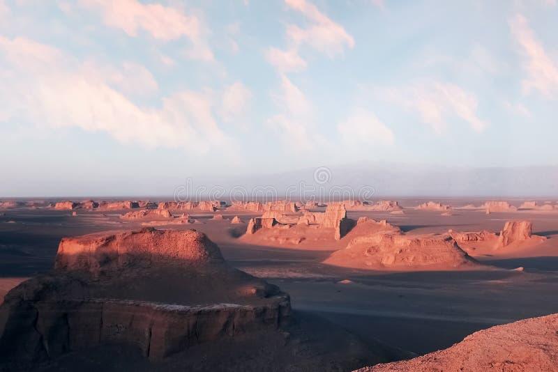 Rotsachtige vormingen in de woestijn van Dasht e Lut tegen zonsondergang De daling van Alikhan van Sheykh perzië royalty-vrije stock afbeelding
