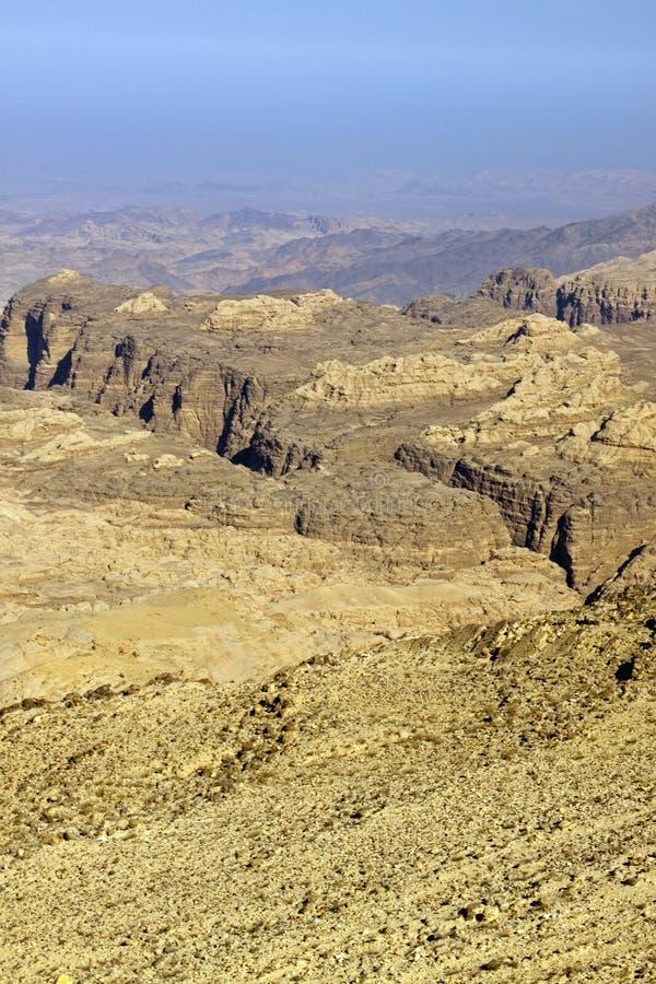 Rotsachtige woestijn van zuidelijk Jordanië royalty-vrije stock afbeeldingen