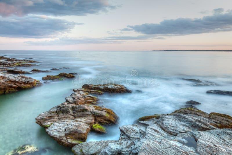 Rotsachtige zeegezichtzonsondergang royalty-vrije stock fotografie