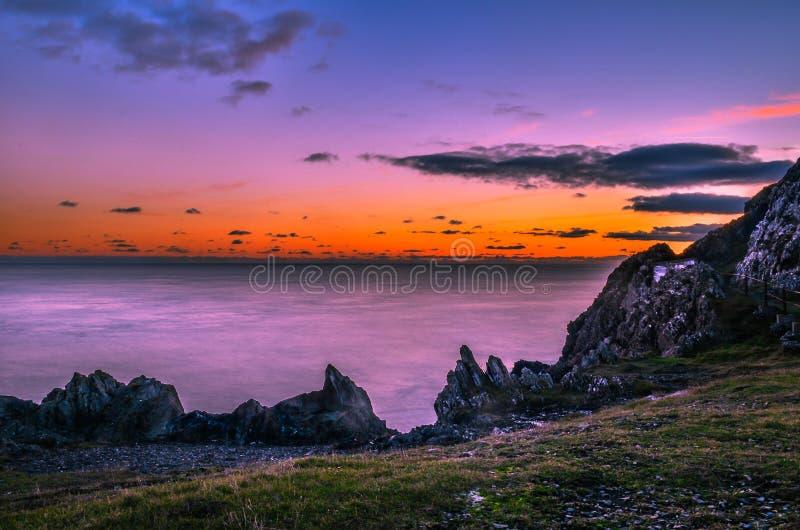Rotsachtige zonsondergang bij de rand van het eiland royalty-vrije stock foto's