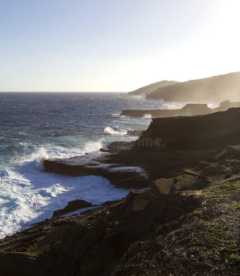 Rotsachtige zwarte lavakustlijn op Oahu royalty-vrije stock foto