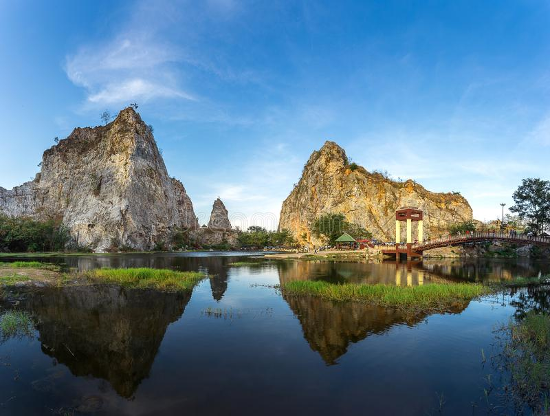 Rotsberg, de Rotspark van Khao Ngu, met bezinning in water royalty-vrije stock fotografie