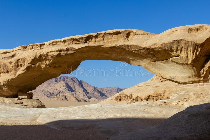 Rotsboog in Wadi Rum royalty-vrije stock foto's