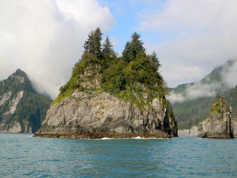 Rotseiland in de oceaan royalty-vrije stock foto's