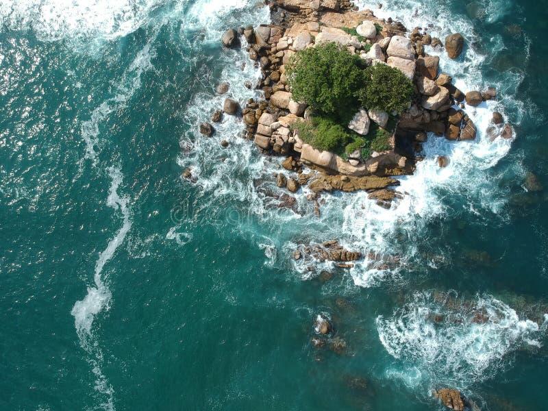 Rotseiland van hierboven in het midden van Vreedzame Oceaan dichtbij Acapulco, Mexico stock afbeeldingen