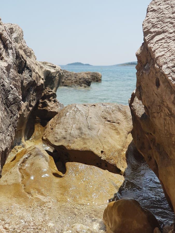 Rotsen bij Adriatische kust royalty-vrije stock afbeeldingen
