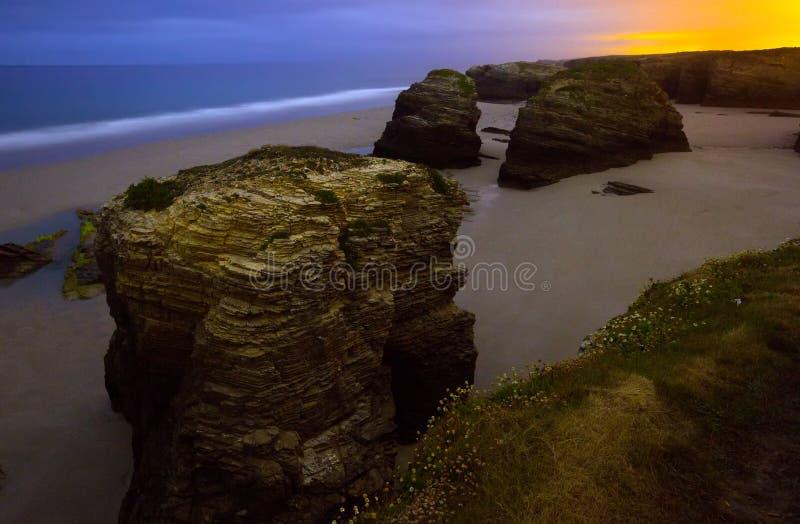 Rotsen bij de kust van de Atlantische Oceaan van Spanje in nacht stock afbeeldingen