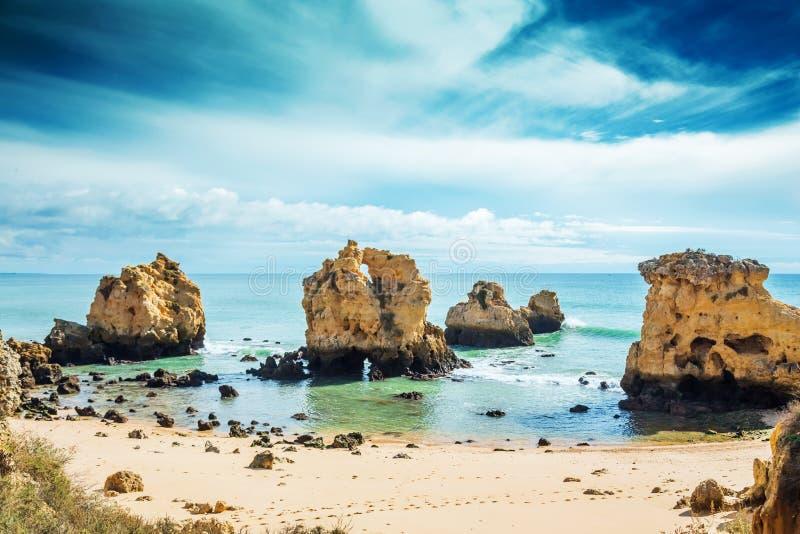 Rotsen in blauwe oceaan in zonnige dag royalty-vrije stock afbeelding