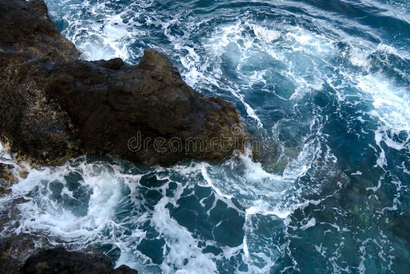 Rotsen in de golven, madera royalty-vrije stock foto