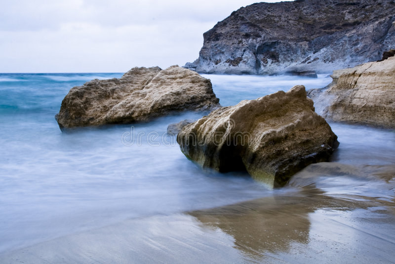 Rotsen in de kust stock afbeelding
