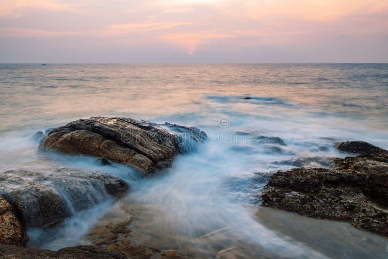 Rotsen in de oceaan royalty-vrije stock foto