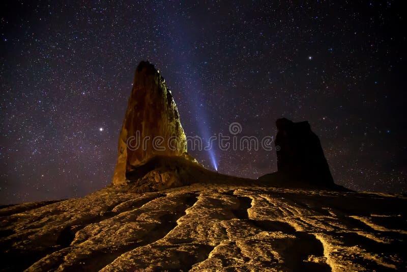 Rotsen in de woestijncanion van Boszhira op achtergrond van de sterrige hemel, ruggegraten van Ustyurt, Kazachstan royalty-vrije stock foto's