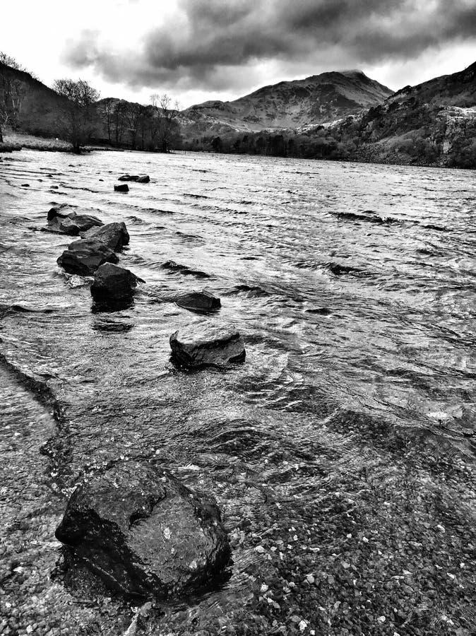 Rotsen door het meer stock fotografie