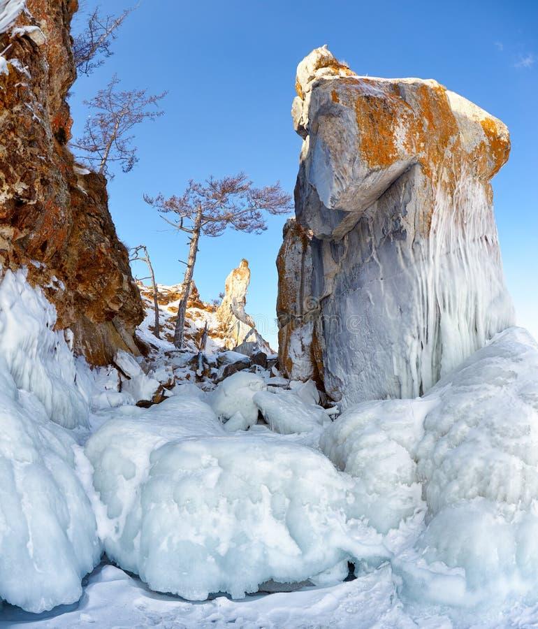 Rotsen door ijskegels op meer dat van de winter het Siberische Baikail worden behandeld stock afbeeldingen