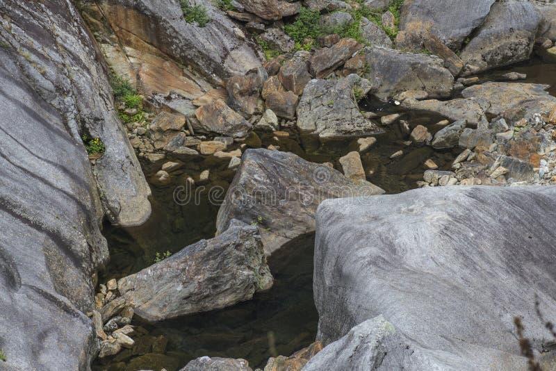 Rotsen in een bijna droge rivier stock fotografie